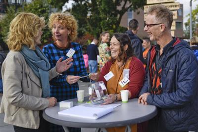 Meer voor elkaar faciliteert verbinding tussen professionals door de dialoog op gang te brengen met de werkvorm kletspot